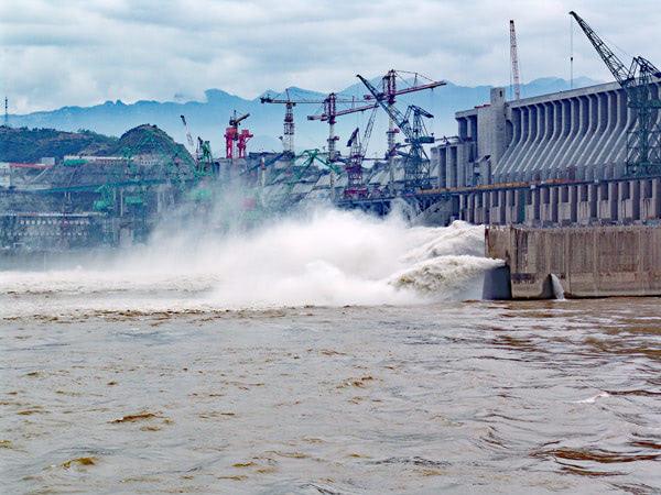長江第一號洪水來襲 三峽大壩緊急洩洪 China Flooding Reaches New Levels