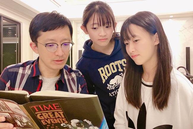 生於不同年代的父女,平時樂於閱讀各類英語素材。(照片提供/張尤金)